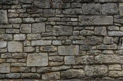 Παλαιός φυσικός τοίχος πετρών των γκρίζων και κιτρινωπών πετρών στα διαφορετικά μεγέθη ως υπόβαθρο στοκ εικόνες