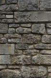 Παλαιός φυσικός τοίχος πετρών των γκρίζων και κιτρινωπών πετρών στα διαφορετικά μεγέθη ως υπόβαθρο στοκ εικόνες με δικαίωμα ελεύθερης χρήσης