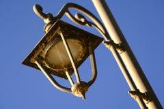 Παλαιός φωτεινός σηματοδότης στο μπλε ουρανό στοκ φωτογραφίες με δικαίωμα ελεύθερης χρήσης