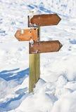 Παλαιός χιονισμένος ξύλινος καθοδηγεί Στοκ Εικόνες