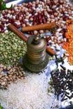 Παλαιός χρυσός μύλος καρυκευμάτων με πολλά φασόλια, το ρύζι και τα όσπρια Στοκ Φωτογραφίες