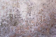 Παλαιός χτυπημένος άσπρος συμπαγής τοίχος με τις ρωγμές και τους λεκέδες του σκοτεινών χρώματος και της φόρμας Σύσταση τραχιάς επ στοκ φωτογραφίες