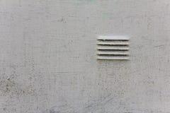 παλαιός χτυπημένος άσπρος τοίχος μετάλλων με τις γρατσουνιές και μικρά κάγκελα τυφλών r στοκ φωτογραφίες
