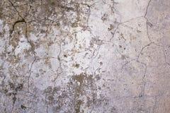 Παλαιός, χτυπημένος, χαλασμένος άσπρος συμπαγής τοίχος με τις ρωγμές και σκοτεινοί χρώμα και λεκέδες ωιδίου Σύσταση τραχιάς επιφά στοκ φωτογραφία με δικαίωμα ελεύθερης χρήσης