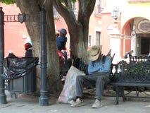 Παλαιός ύπνος ατόμων στον πάγκο πάρκων στοκ φωτογραφία με δικαίωμα ελεύθερης χρήσης