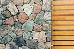Παλαιός lloking τοίχος πετρών Antient με τον ξύλινο φράκτη στοκ εικόνες με δικαίωμα ελεύθερης χρήσης