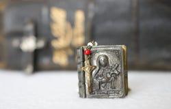 Παλαιός Rosary σταυρός με την περίπτωση στο μέταλλο στο άσπρο υπόβαθρο Στοκ Εικόνες