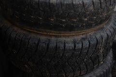 Παλαιότερες ρόδες Ρόδες από το αυτοκίνητό σας στοκ εικόνα με δικαίωμα ελεύθερης χρήσης