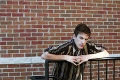 Παλαιότερος έφηβος στο ριγωτό πουκάμισο στοκ εικόνα με δικαίωμα ελεύθερης χρήσης