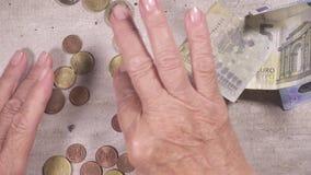 Παλαιότερος ταξινομημένος με το χέρι monetaty στην άποψη επιτραπέζιων κορυφών απόθεμα βίντεο