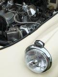 Παλαιό άσπρο αυτοκίνητο με τη μηχανή ορατή Στοκ φωτογραφία με δικαίωμα ελεύθερης χρήσης