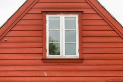 Παλαιό άσπρο παράθυρο στο ξύλινο εξοχικό σπίτι Στοκ φωτογραφία με δικαίωμα ελεύθερης χρήσης