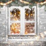 Παλαιό άσπρο παράθυρο Χριστουγέννων με τις διακοσμήσεις Στοκ Φωτογραφίες