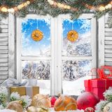 Παλαιό άσπρο παράθυρο Χριστουγέννων με τις διακοσμήσεις Στοκ εικόνα με δικαίωμα ελεύθερης χρήσης