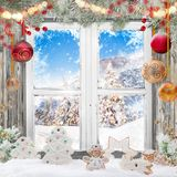 Παλαιό άσπρο παράθυρο Χριστουγέννων με τις διακοσμήσεις Στοκ Φωτογραφία