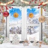 Παλαιό άσπρο παράθυρο Χριστουγέννων με τις διακοσμήσεις Στοκ φωτογραφίες με δικαίωμα ελεύθερης χρήσης