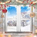 Παλαιό άσπρο παράθυρο Χριστουγέννων με τις διακοσμήσεις Στοκ φωτογραφία με δικαίωμα ελεύθερης χρήσης