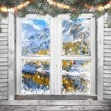 Παλαιό άσπρο παράθυρο Χριστουγέννων με τις διακοσμήσεις Στοκ Εικόνα