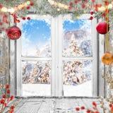 Παλαιό άσπρο παράθυρο Χριστουγέννων με τις διακοσμήσεις Στοκ Εικόνες
