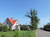 Παλαιό άσπρο σπίτι κοντά στην οδό, Λιθουανία Στοκ φωτογραφία με δικαίωμα ελεύθερης χρήσης