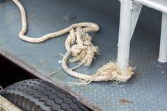 Παλαιό άσπρο σχοινί που δένεται στο χάλυβα στοκ εικόνα