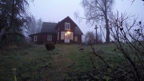 Παλαιό αγροτικό ξύλινο σπίτι στην υδρονέφωση πρωινού, χρονικό σφάλμα απόθεμα βίντεο
