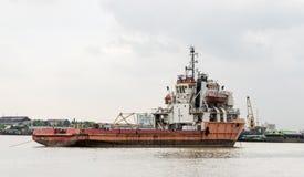 Παλαιό αγροτικό σκάφος κατασκευής στον ποταμό Στοκ φωτογραφίες με δικαίωμα ελεύθερης χρήσης