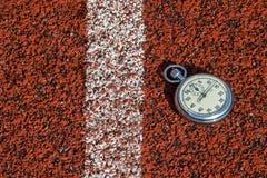 Παλαιό αθλητικό χρονόμετρο με διακόπτη στο τρέξιμο του λάστιχου διαδρομής στοκ φωτογραφία με δικαίωμα ελεύθερης χρήσης
