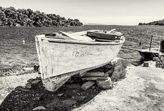 Παλαιό αλιευτικό σκάφος με το ραγισμένο άσπρο χρώμα, νησί Solta, colorle Στοκ φωτογραφία με δικαίωμα ελεύθερης χρήσης