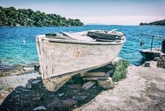Παλαιό αλιευτικό σκάφος με το ραγισμένο άσπρο χρώμα, νησί Solta, παλαιό fil Στοκ Εικόνες