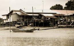 Παλαιό αλιευτικό σκάφος που έχει εγκαταλειφθεί στη μαλαισιανή παραλία στοκ φωτογραφίες
