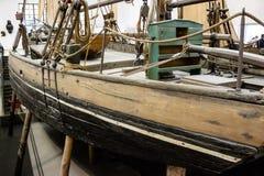 Παλαιό αλιευτικό σκάφος στη δεξαμενή καθαρισμού στοκ εικόνα με δικαίωμα ελεύθερης χρήσης
