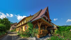 Παλαιό αλλά ανακαινισμένο του χωριού σπίτι κατά την εναέρια άποψη επαρχίας Στοκ Φωτογραφία
