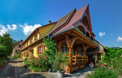 Παλαιό αλλά ανακαινισμένο του χωριού σπίτι κατά την εναέρια άποψη επαρχίας Στοκ φωτογραφία με δικαίωμα ελεύθερης χρήσης