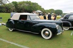 Παλαιό αμερικανικό αυτοκίνητο στον τομέα Στοκ Εικόνες