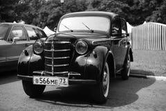 Παλαιό αναδρομικό κλασικό αυτοκίνητο, εκλεκτής ποιότητας γραπτή, μπροστινή άποψη στοκ εικόνα