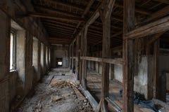 Παλαιό ανακαινισμένο παλάτι, εσωτερικό Σήραγγα με τις ξύλινες δοκούς στοκ εικόνα