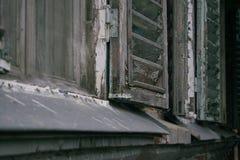 Παλαιό ανοικτό παράθυρο με τα παραθυρόφυλλα στοκ φωτογραφία με δικαίωμα ελεύθερης χρήσης