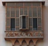 Παλαιό αρχαίο ξύλινο μπαλκόνι με τα παραθυρόφυλλα του παραδοσιακού hous Στοκ Εικόνες