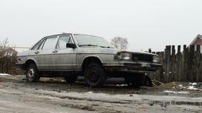 Παλαιό αυτοκίνητο και πρώτο χιόνι φιλμ μικρού μήκους