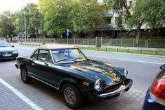 Παλαιό αυτοκίνητο καμπριολέ της Φίατ στην οδό πόλεων Στοκ Εικόνα