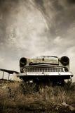 Παλαιό αυτοκίνητο στο πεδίο. Φωτογραφία στο παλαιό ύφος εικόνας Στοκ φωτογραφία με δικαίωμα ελεύθερης χρήσης