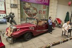 Παλαιό αυτοκίνητο χρονομέτρων στην οδό του Ναντζίνγκ στη Σαγκάη, Κίνα Στοκ Εικόνες
