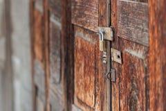 Παλαιό βασικό, παλαιό λουκέτο σε μια ξύλινη πόρτα, ξύλινη σύσταση με το φυσικό σχέδιο, θαμπάδα Στοκ Εικόνα