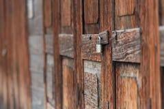 Παλαιό βασικό, παλαιό λουκέτο σε μια ξύλινη πόρτα, ξύλινη σύσταση με το φυσικό σχέδιο, θαμπάδα Στοκ Φωτογραφία