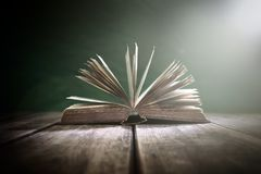 Παλαιό βιβλίο ή ανοικτή ιερή Βίβλος στοκ εικόνες