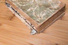 Παλαιό βιβλίο ανοικτό σε έναν ξύλινο πίνακα με τα γυαλιά Στοκ εικόνες με δικαίωμα ελεύθερης χρήσης
