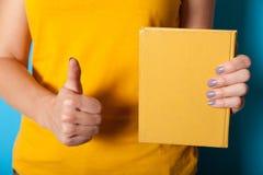 Παλαιό βιβλίο εγγράφου κάλυψης εκλεκτής ποιότητας στα χέρια E στοκ εικόνες με δικαίωμα ελεύθερης χρήσης