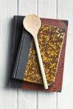 Παλαιό βιβλίο συνταγής στον ξύλινο πίνακα Στοκ εικόνα με δικαίωμα ελεύθερης χρήσης