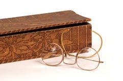 παλαιό γάντι γυαλιών κιβωτίων στοκ εικόνες